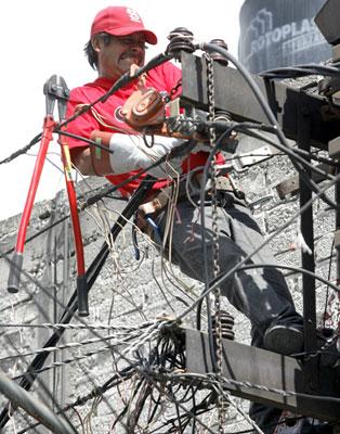 Trabajadores de Comisión Federal de Electricidad tardaron cinco días para restablecer el servicio de energía en la colonia Pedregal de Santo Domingo, en Coyoacán. Foto Víctor Camacho