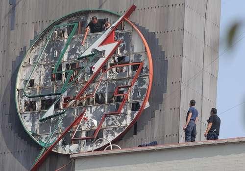 TRABAJO SUCIO. Policías federales continuaron ayer con el desmantelamiento de Luz y Fuerza del Centro. En esta imagen, en las instalaciones centrales de la paraestatal, ubicadas en Circuito Interior y Marina Nacional, desarman la insignia de la empresa. Foto La Jornada