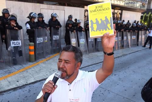 <b>Francisco</b> <b>Bravo</b>, dirigente <b>de</b> <b>la</b> sección 9 del SNTE, leyó fragmentos ...