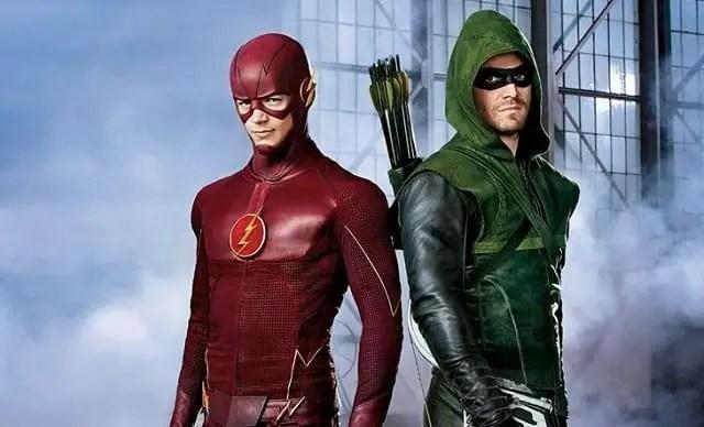 Flash e Arrow em imagem do primeiro crossover