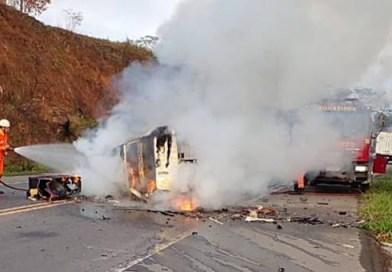 Veículos colidem na BR-116 nas proximidades de Leopoldina e pegam fogo