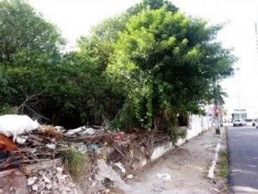 Muro desabado favorece acesso de meliantes ao imóvel abandonado. (Foto: Vlamir Duarte/Jornal A Página)