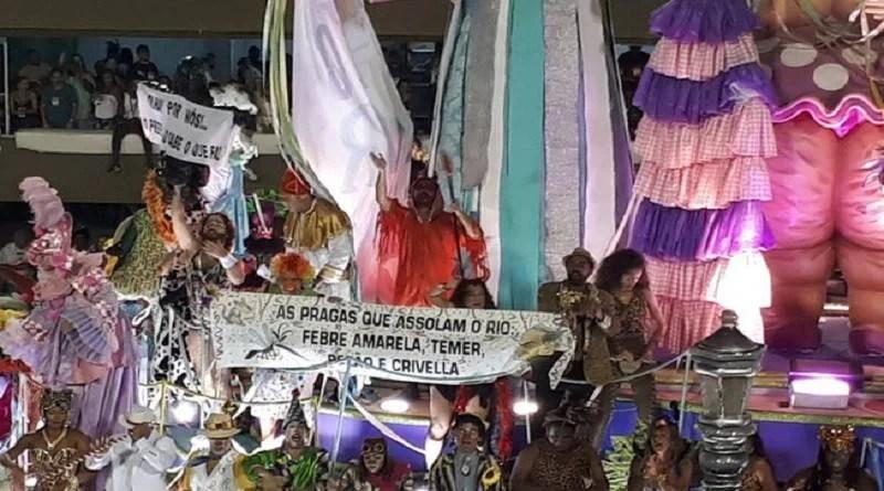 Protestos tomam conta da Sapucaí no desfile das campeãs do carnaval do Rio