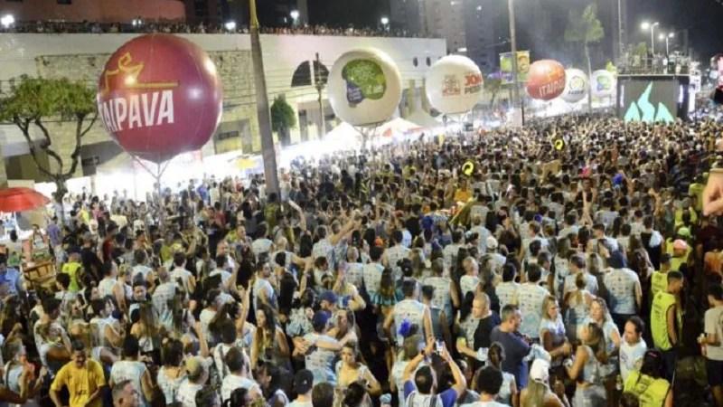 Folia de Rua arrasta multidão durante desfiles de blocos