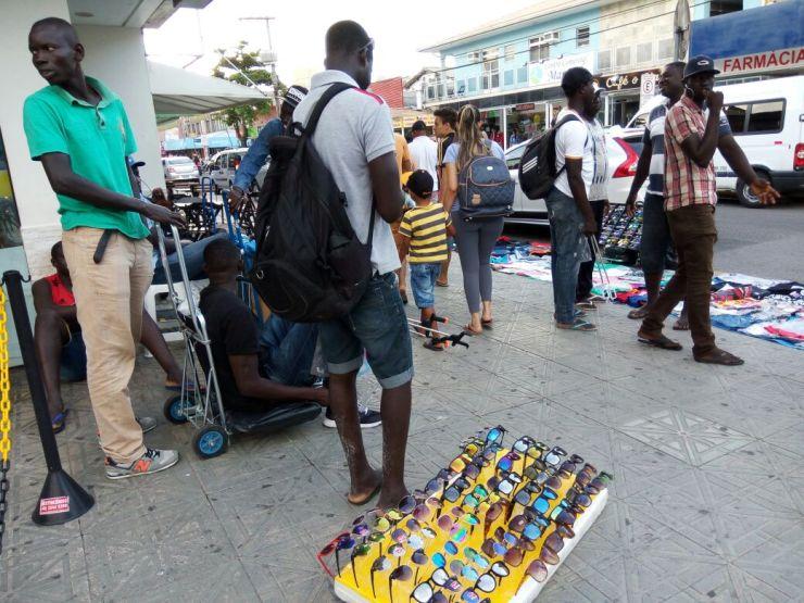 Ambulantes ilegais tomam calçadas de Canasvieiras