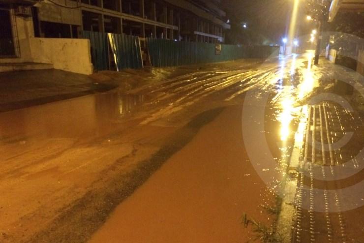 Intendência remove excesso de areia acumulada na Estrada Onildo Lemos no Santinho