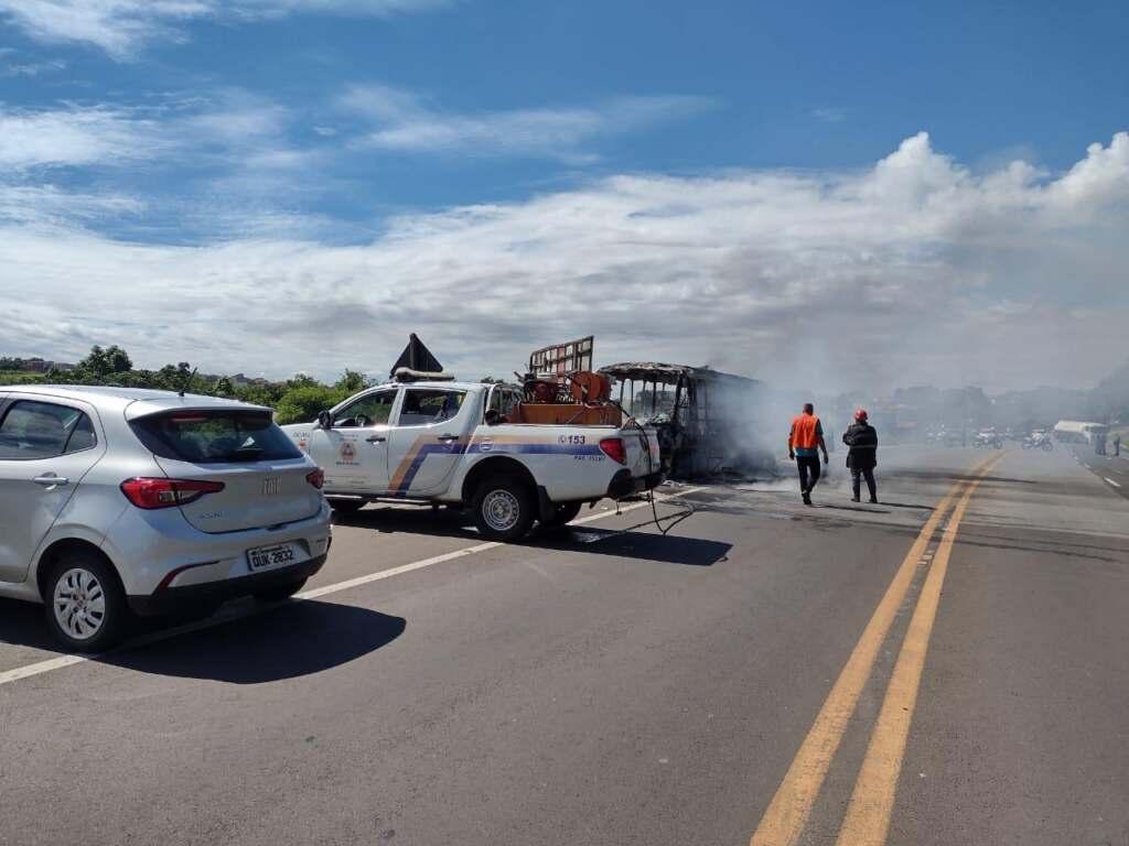 incendio-atinge-micro-onibus-em-estrada-que-liga-nova-odessa-e-sumare-jno