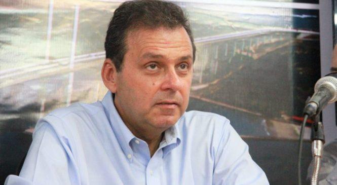 Carlos Eduardo ignora promessa de não renunciar e já admite deixar o cargo