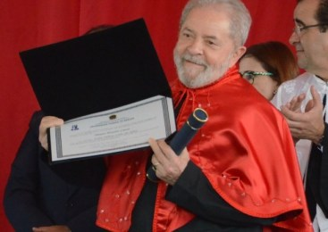 """""""Eles não queriam que filho de empregada virasse doutor"""", diz Lula a receber título em Sergipe"""