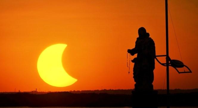 Em Natal, ponto de observação do eclipse solar atrai centenas de pessoas
