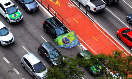 11.04.2020 - São Paulo/SP. Carreata contra quarentena na avenida Paulista. Foto: Roberto Parizotti/FotosPublicas