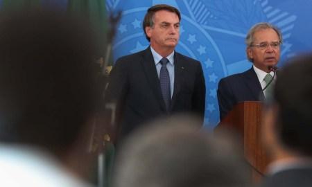 01.04.2020 - Brasília/DF - Coletiva de imprensa com o Presidente da República Jair Bolsonaro. e o ministro da economia Paulo Guedes no Planalto. Foto: Marcos Corrêa/PR