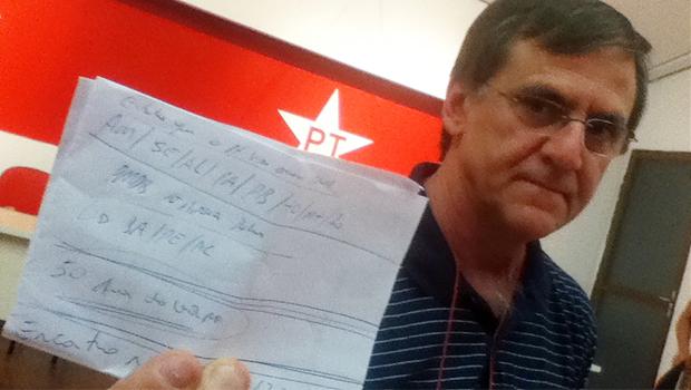 Gomide mostra rascunho com anotações sobre os Estados que irão abrir mão de candidatura própria do PT. Goiás não está incluso | Fotos: Marcello Dantas/Jornal Opção Online