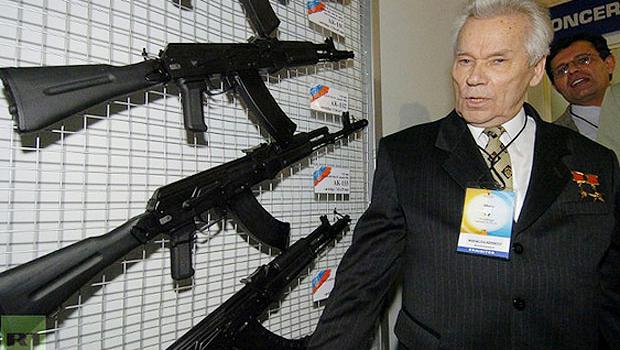 O falecido Mikhail Kalashnikov ao lado de sua criação o fuzil de assalto Ak-47