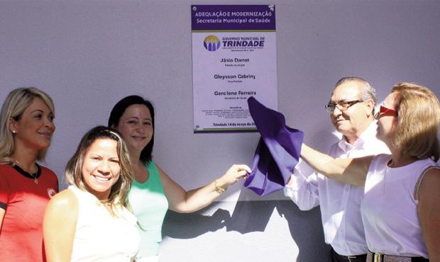 Entre Gercilene Ferreira, a Branca, e a primeira-dama, Dairdes Darrot, prefeito Jânio inaugura novas instalações da Secretaria da Saúde | Foto: Iris Roberto
