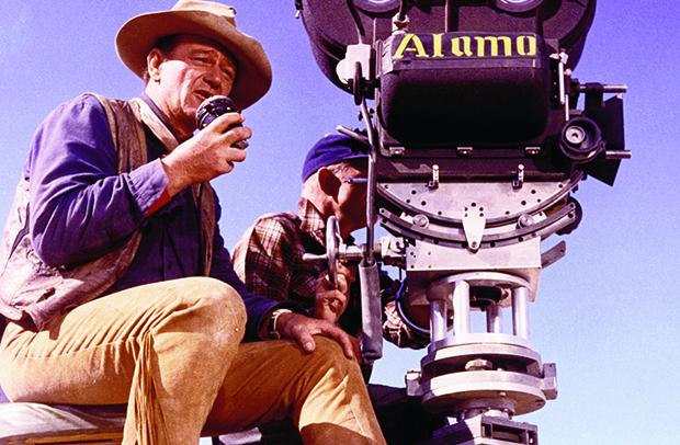 """John Wayne dirigindo o filme """"O Alamo"""", um filme que, embora não tenha o brilhantismo dos trabalhos de John Ford, não é dos piores. É quase um """"Ford menor"""", por assim dizer"""
