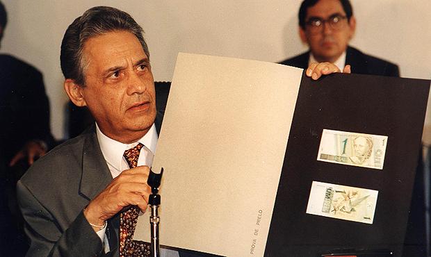 Em 1994, então ministro da Fazenda, Fernando Henrique Cardoso apresenta as novas cédulas do Real | Foto: Eraldo Peres/CB/D.A Press