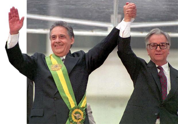 Fernando Henrique Cardoso e Itamar Franco durante a posse de FHC na Presidência da República | Foto: Antonio Scorza/AFP/Getty Images)