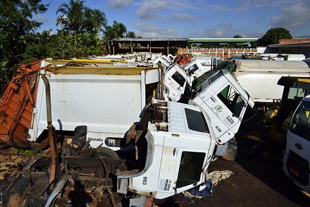 Frota de caminhões coletores compactadores da Prefeitura, de 2006, está sucateada e estocada em garagem. Foto: Arolldo Costa