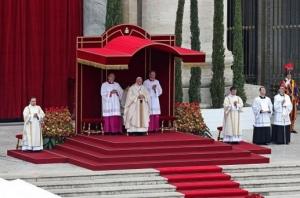 Foi a primeira vez que dois papas foram canonizados ao mesmo tempo e que dois papas participaram juntos da missa de canonização. Foto: Alessandro Di Meo/EPA/Lusa