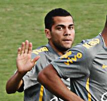 Daniel Alves em foto durante treinamento, em Goiânia. Atos racistas são comum no futebol europeu. Foto: Marcello Dantas/Jornal Opção Online