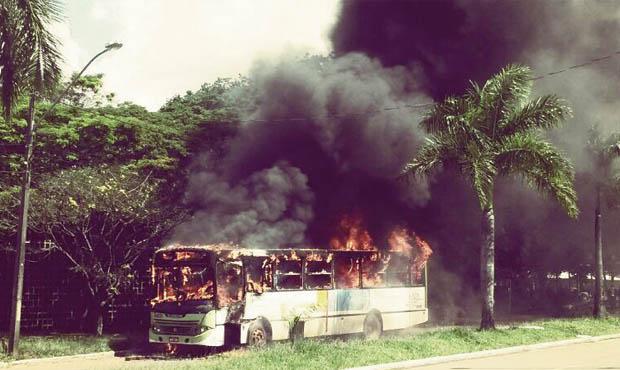 Protesto na UFG contra aumento da tarifa terminou com queima de um veículo da frota    Foto: Marcelo Gouveia