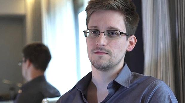 Edward Snowden, um jovem de 30 anos, que teve a coragem de enfrentar a máquina de moer gente da espionagem americana e inglesa e denunciar que autoridades e pessoas comuns são espionadas diariamente   Divulgação