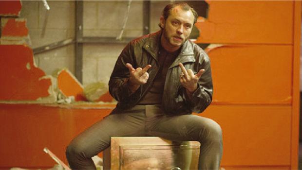Jude Law encarna um arrombador de cofres que tenta recuperar os 12 anos de sua vida perdidos na prisão | Foto: H2O Films
