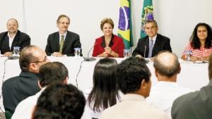 Presidente Dilma Rousseff com líderes do agronegócio: ela tenta recuperar um prestígio que está indo para Aécio / Foto: Roberto Stuckert Filho/ PR