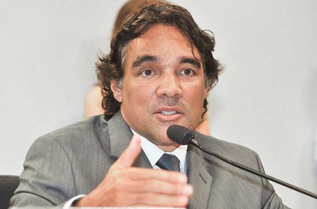 """Negado pedido do PSDB de aplicação de multa a senador que teria dito supostas """"inverdades"""" sobre Aécio Neves"""