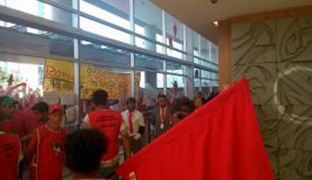 Manifestantes ocupam sede da Odebrecht em ato contra os gastos da Copa