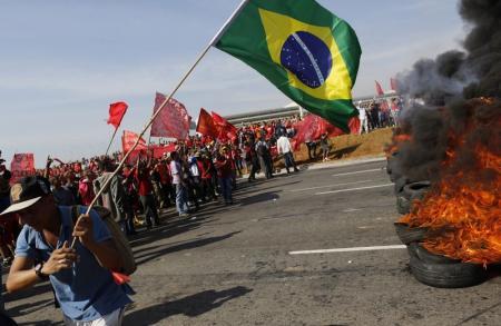 A menos de um mês da Copa, protestos reúnem milhares em várias cidades