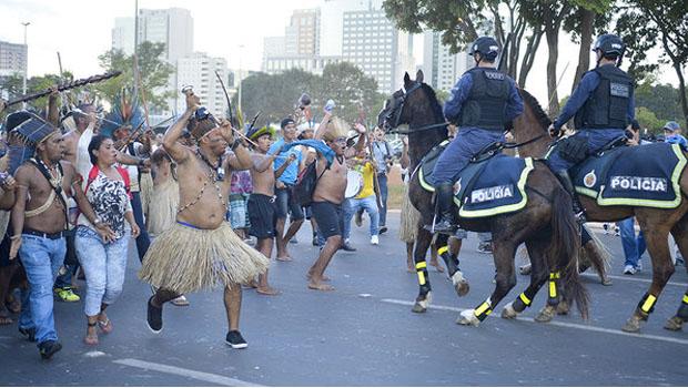 Manifestantes entram em confronto com a PM em protesto contra a Copa em Brasília