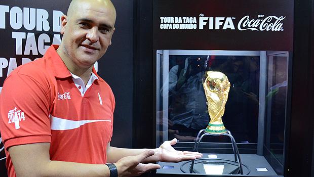 Exposição da taça da Copa do Mundo vai até as 21h no Centro de Convenções da capital