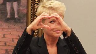 Xuxa responde ao deputado com um gesto de coração / Foto: Ailton de Freitas / Agência O Globo