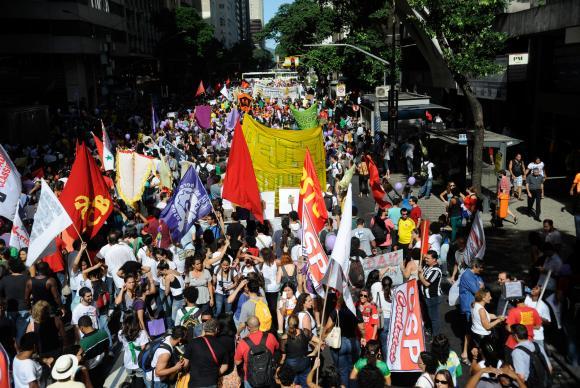 Manifestantes fazem passeata pela Avenida Rio Branco, no centro do Rio, em direção à Cinelândia em protesto contra a Copa do MundoArquivo/Agência Brasil