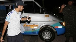 Neymar cumprimenta fã na chegada; camisa 10 não será poupado por Scolari para o primeiro teste pré-Copa | Foto: Divulgação CBF