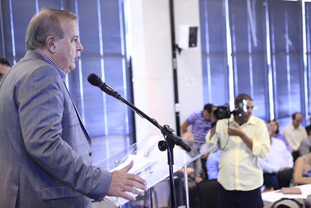 Ao lado do vice-prefeito Agenor Mariano, prefeito só fez discurso e não respondeu questionamentos da imprensa   Foto: Marcello Dantas/Jornal Opção Online