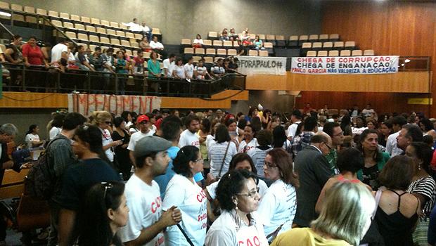 Professores saíram das galerias e ocuparam plenário momentos após a rejeição do pedido de impeachment de Paulo Garcia. Foto: Marcello Dantas/Jornal Opção Online