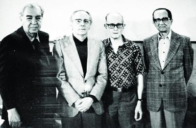 Pedro Nava entre Carlos Drummond de Andrade, no Rio de Janeiro, em junho de 1983