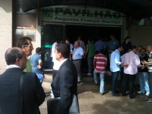 Movimentação de políticos e jornalistas em frente ao local escolhido pela base para evento que pretende aclamar candidatura à reeleição de Marconi Perillo | Foto: Marcello Dantas