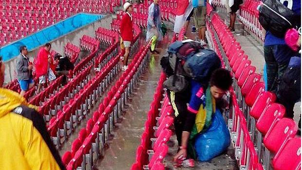 Torcedores do Japão ajudam a limpar estádio após derrota para Costa do Marfim