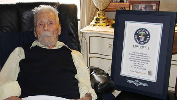 Momento que Alexander foi reconhecido  como o homem mais velho do mundo | Foto: Reprodução Guiness Book