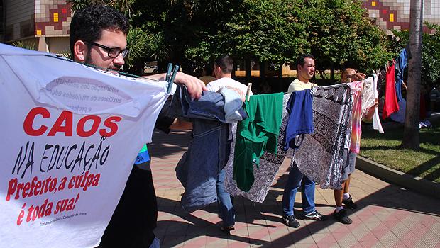 Em ato simbólico, professores em greve lavam roupas no chafariz da Câmara de Vereadores de Goiânia