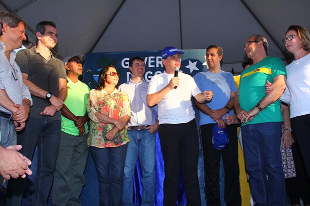 Ao centro de camisete branca, o governador Marconi Perillo; à direita na foto, o vice-governador José Eliton (de azul) e o prefeito de Trindade, Jean Darrot (de verde); à esquerda na foto o secretário Leonardo Vilela/ Foto: Fernando Leite