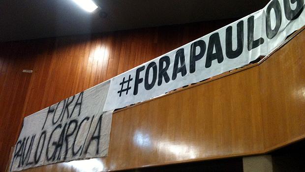Diferentes faixas foram afixadas nas galerias da Câmara. Foto: Marcello Dantas/Jornal Opção Online