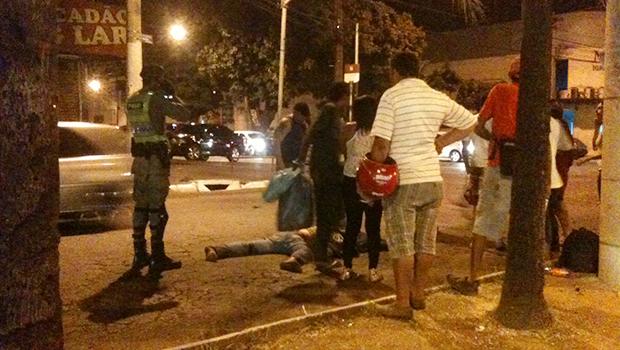 Populares pararam no cruzamento para chamar o socorro. Policiais militares também auxiliaram na ocorrência. Foto: Marcello Dantas/Jornal Opção Online