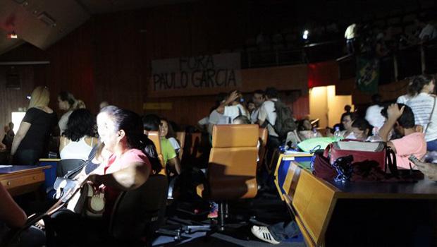 Sem água e energia, professores permanecem no plenário da Câmara de Goiânia