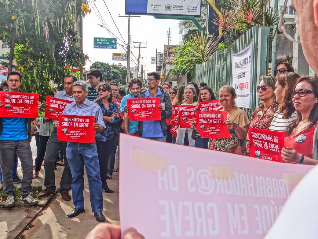 Em greve há 12 dias, servidores da saúde de Goiânia protestam na Av. Universitária