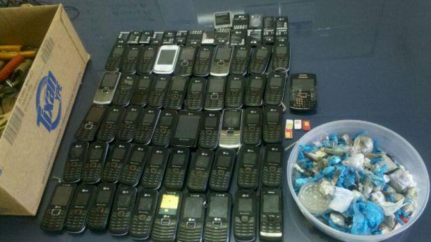 A operação apreendeu 51 celulares, porções de drogas e armas brancas | Foto: Divulgação Sapejus